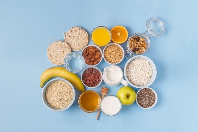 Användbar frukost på en blå pastellfärgad bakgrund arkivfoto