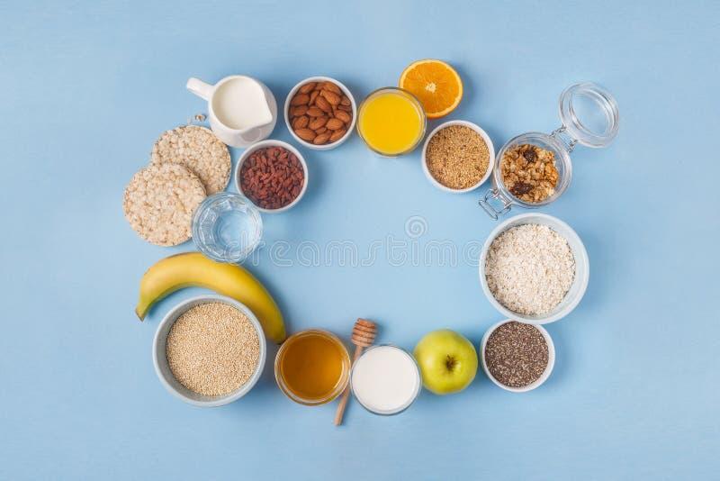 Användbar frukost på en blå pastellfärgad bakgrund royaltyfri bild