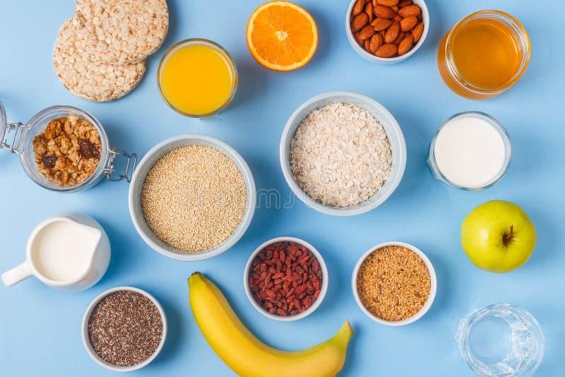 Användbar frukost på en blå pastellfärgad bakgrund royaltyfri foto
