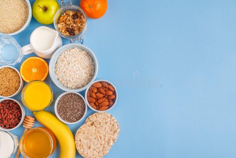Användbar frukost på en blå pastellfärgad bakgrund arkivbild