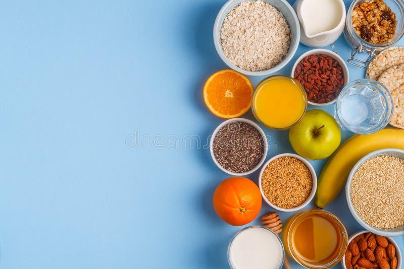 Användbar frukost på en blå pastellfärgad bakgrund royaltyfri fotografi