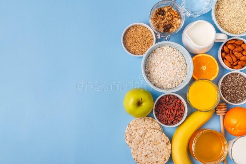 Användbar frukost på en blå pastellfärgad bakgrund fotografering för bildbyråer