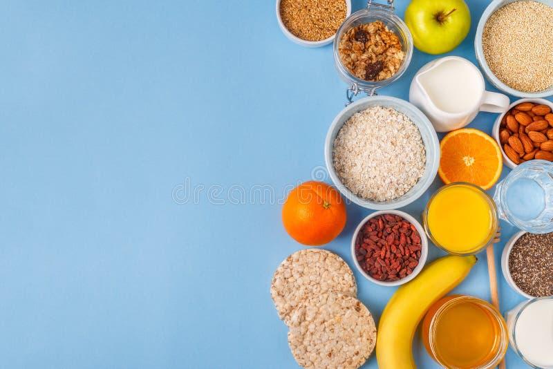 Användbar frukost på en blå pastellfärgad bakgrund royaltyfria foton