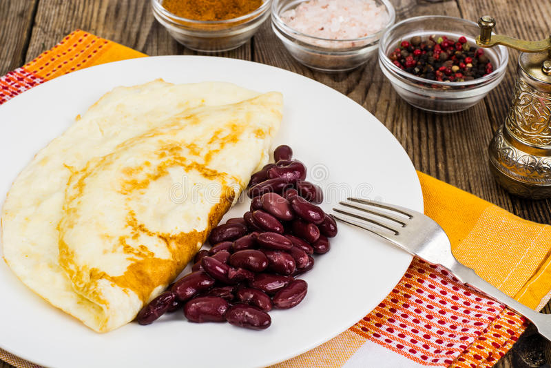 Användbar proteinfrukostomelett och kokta bönor royaltyfria bilder