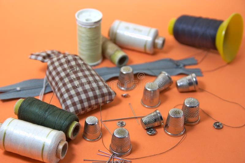 Användbar saker för att sy som fingerborg, visare eller tråden arkivbilder