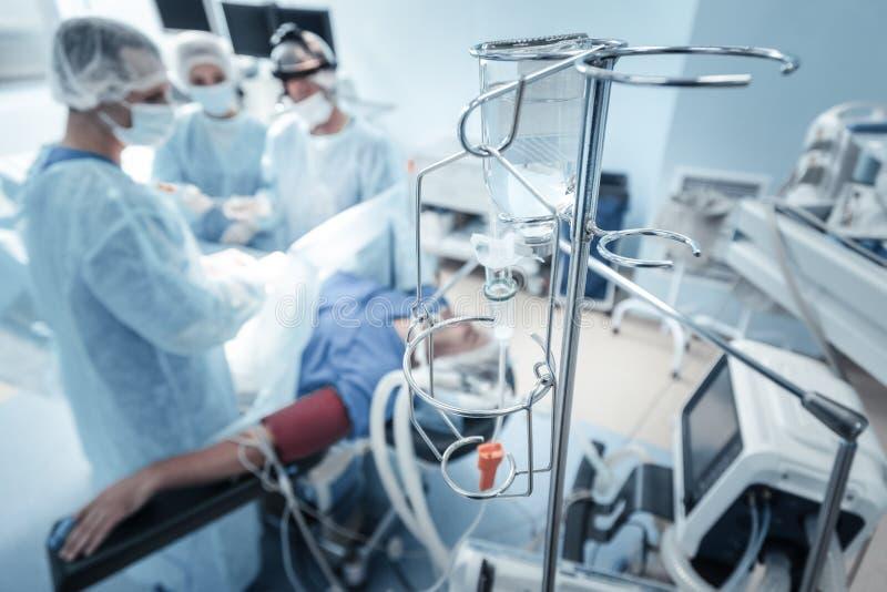 Användbara kirurgiska instrument som är i det fungerande royaltyfria foton