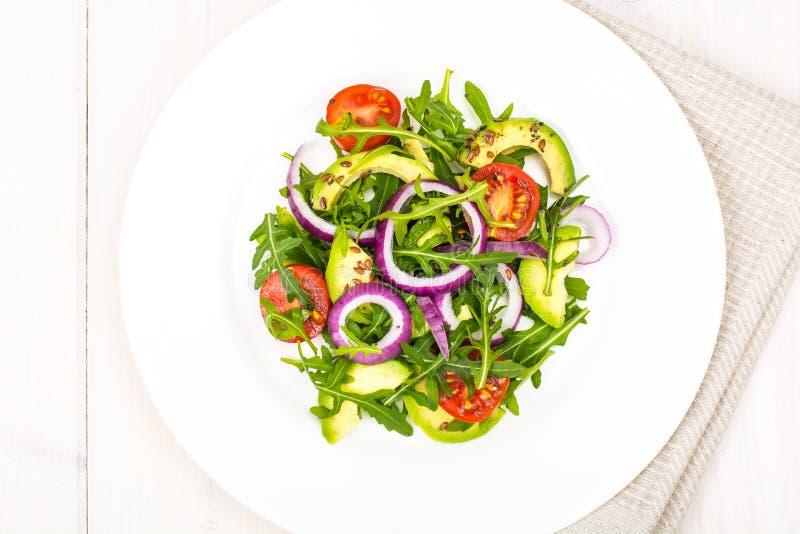 Användbara sallader med avokadot och nya grönsaker Begreppet av sunt bantar arkivfoto