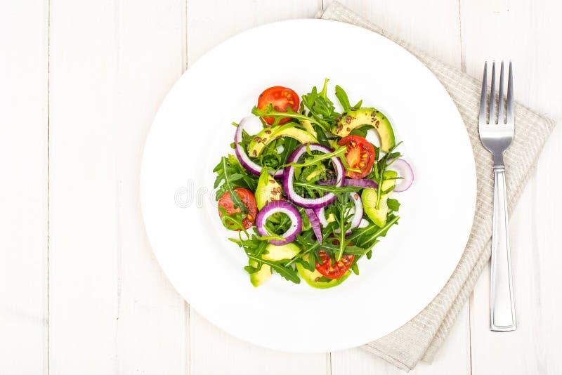 Användbara sallader med avokadot och nya grönsaker Begreppet av sunt bantar royaltyfri fotografi