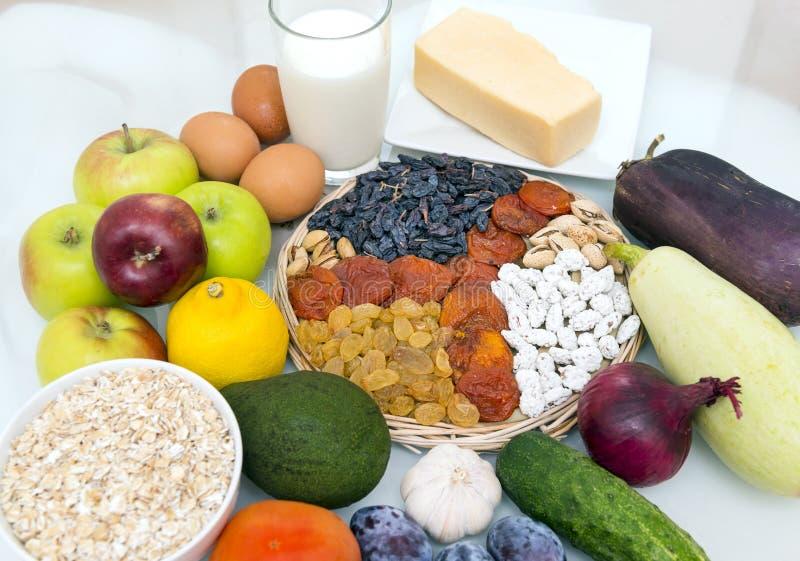 användbart banta mat, mjölkar, ett exponeringsglas, havremjölet, havremjölet, frukt, äpplen fotografering för bildbyråer