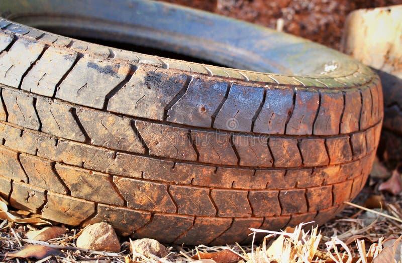 Använt gummihjul i materiel arkivfoton