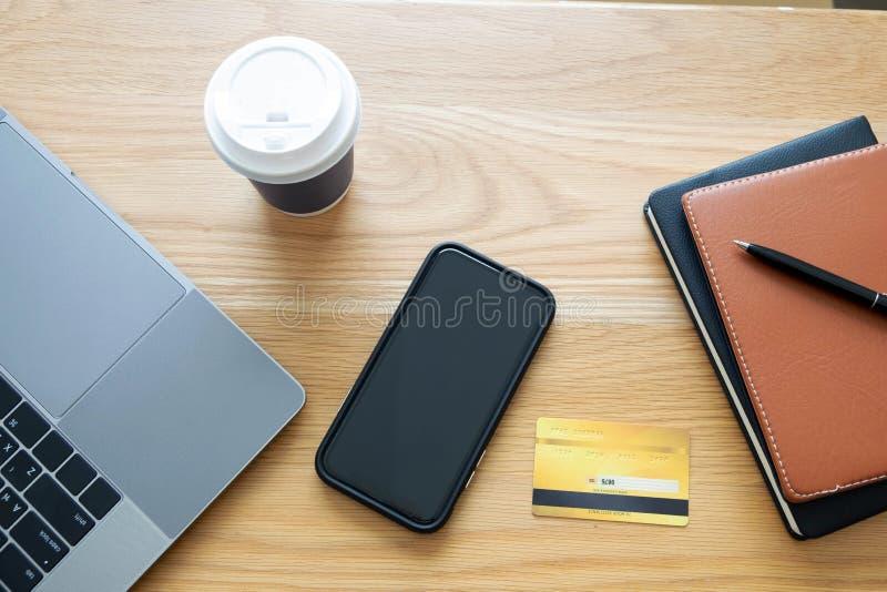 Anv?nd en smartphone f?r online-shopping, en manlig hand rymmer en kreditkort, genom att anv?nda en kreditkort f?r att betala dir arkivbilder