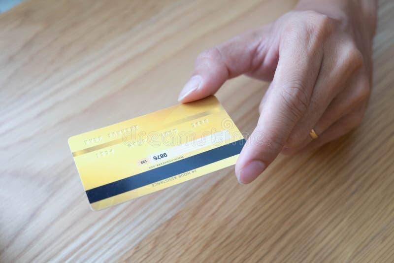 Anv?nd en smartphone f?r online-shopping, en manlig hand rymmer en kreditkort, genom att anv?nda en kreditkort f?r att betala dir royaltyfria bilder