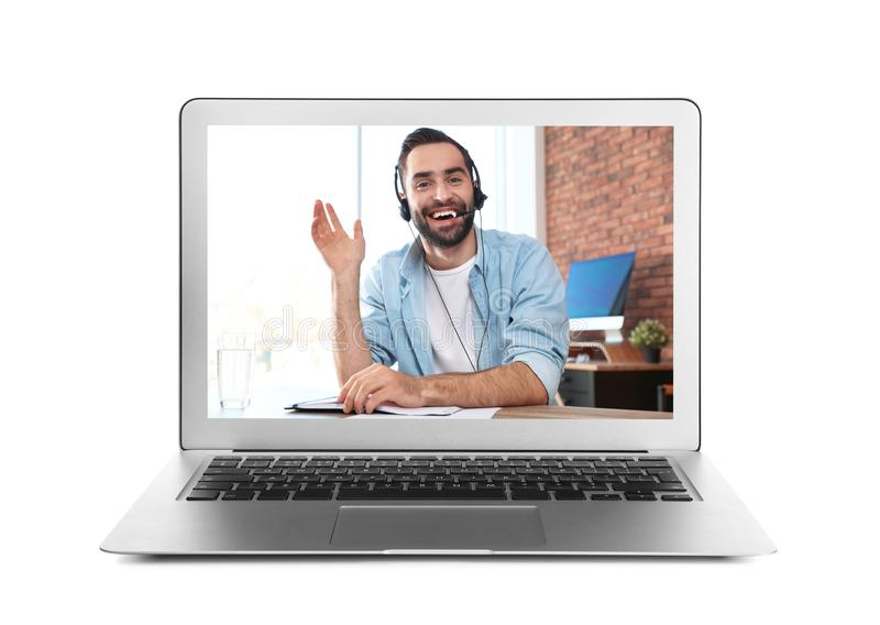 Anv?nda b?rbara datorn f?r video pratstund med mannen p? vit royaltyfria foton