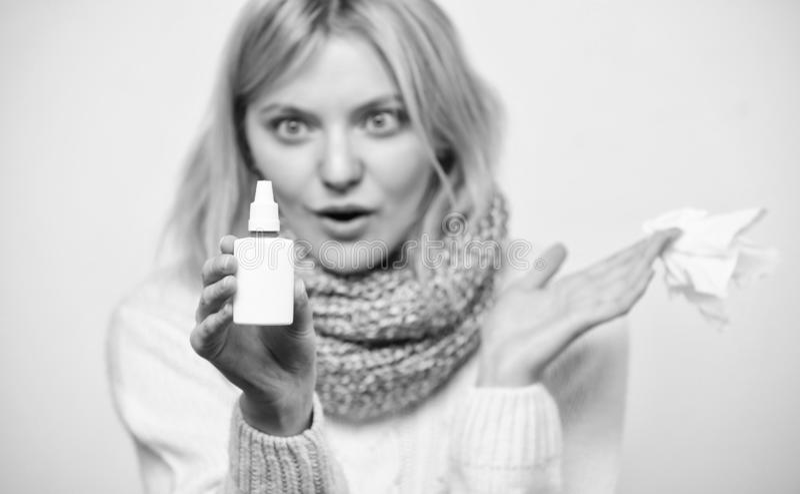Anv?nda f?r nasal sprej Gullig kvinna som v?rdar nasal f?rkylning eller allergi Sjuklig flicka med den rinnande n?san genom att a arkivfoton