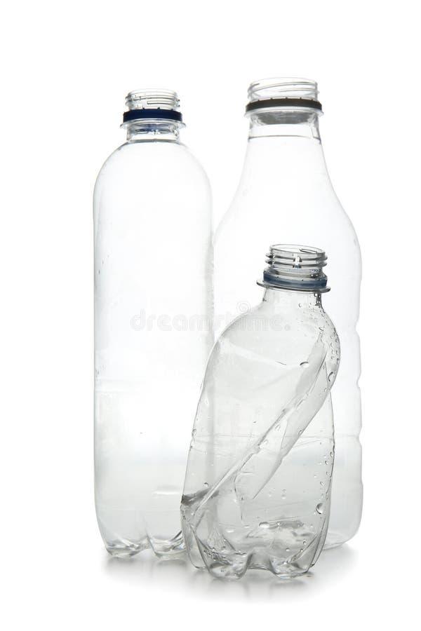 Anv?nda plast-flaskor p? vit bakgrund M?nga mer ekologibilder i min portf?lj arkivbilder