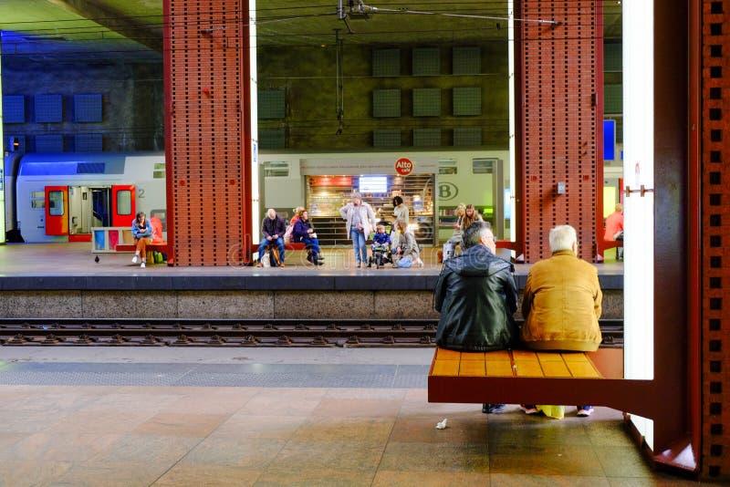 Anvers, Belgique, mai 2019, passagers attendant le train images stock