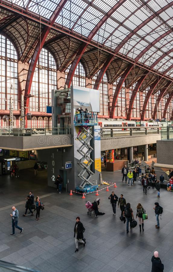 Anvers, Belgique - 2018-10-01 : Travailler sur une haute de plate-forme d'échafaudage au-dessus de la terre photo stock