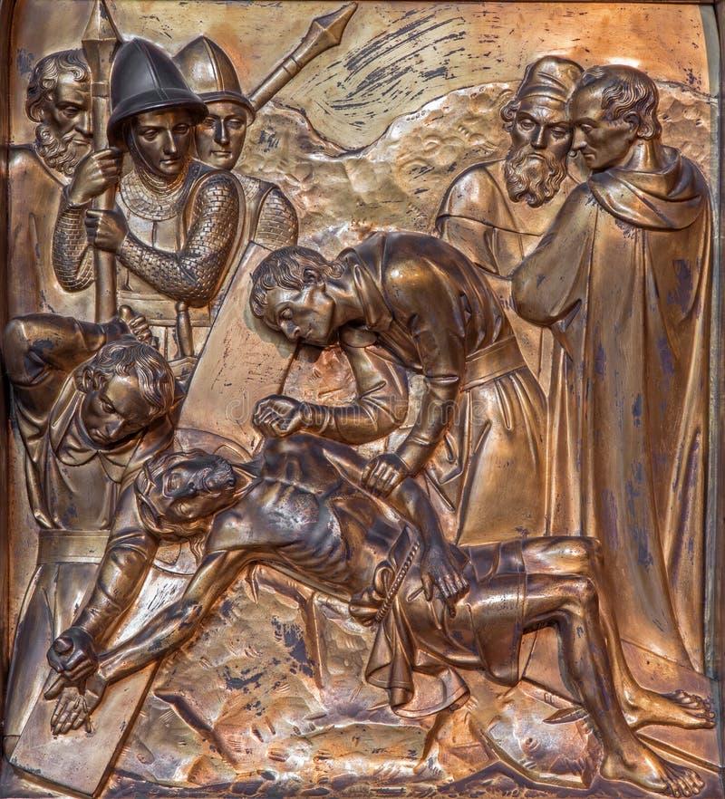 Anvers - Jésus est cloué à la croix. Soulagement en métal de Joriskerk ou d'église de St George photos stock