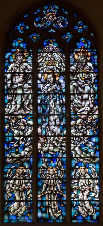 Anvers - vitre moderne de couronnement de Vierge Marie dans l'église de Willibrordus de saint images stock