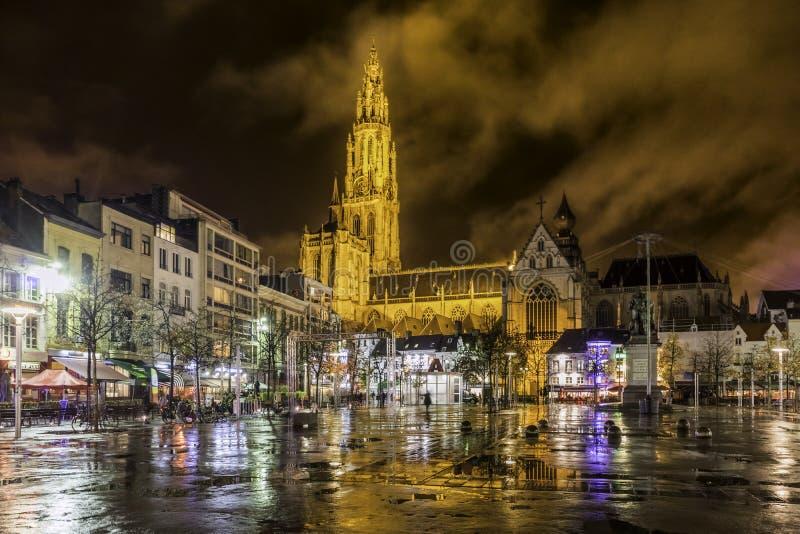 Anversa, Belgio, il 19 novembre 2015: Quadrato di città dopo pioggia immagini stock