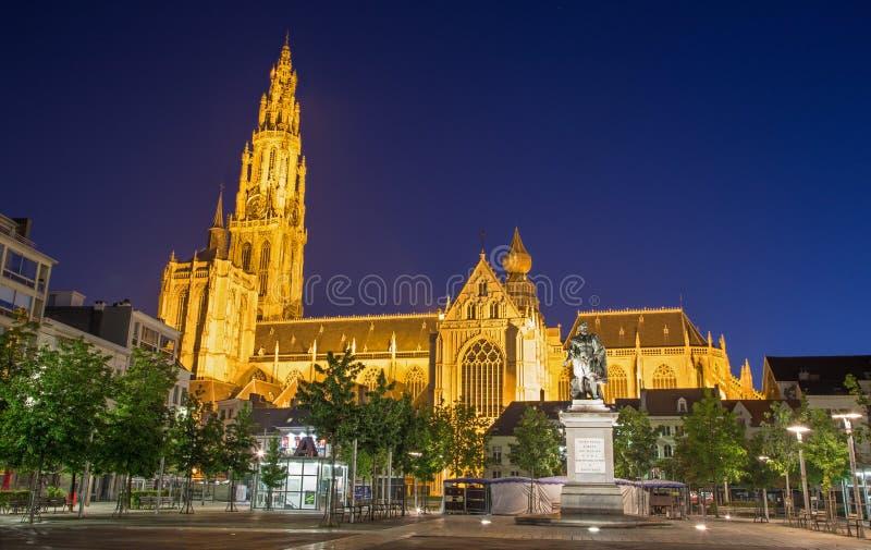 Anversa - facciata del sud della cattedrale della nostra signora in crepuscolo di mattina e memoriale di Rubens fotografia stock