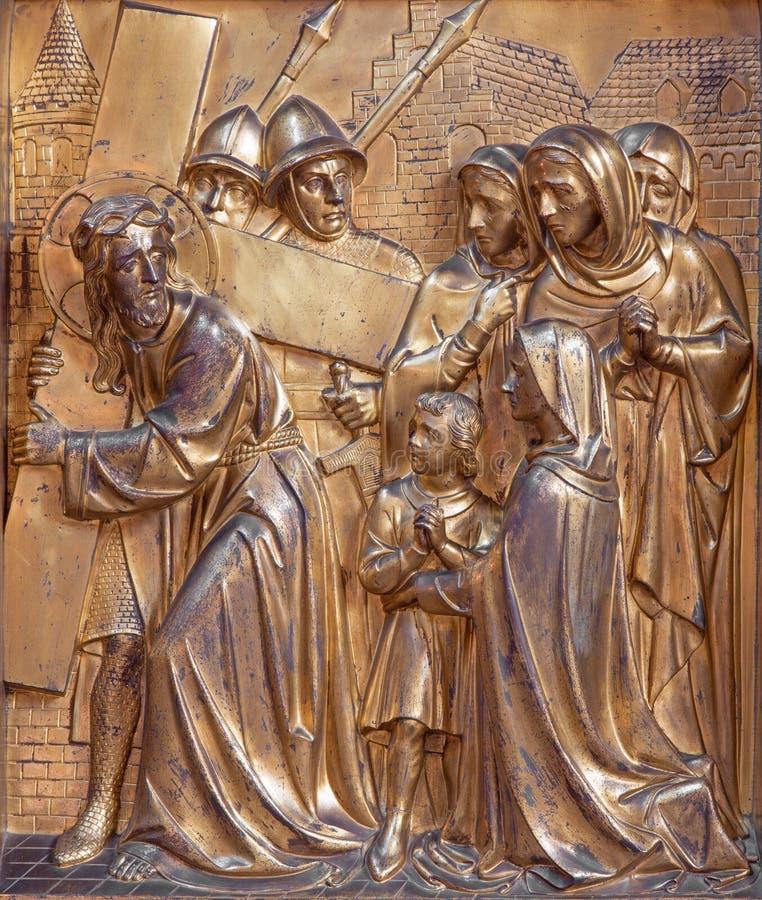 Anversa - Gesù incontra le donne di sollievo del metallo, di Gerusalemme da Joriskerk o della chiesa di St George fotografia stock