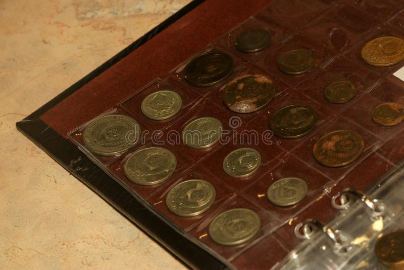 Anverso da coleção de moedas velha de União Soviética no álbum numismático foto de stock royalty free