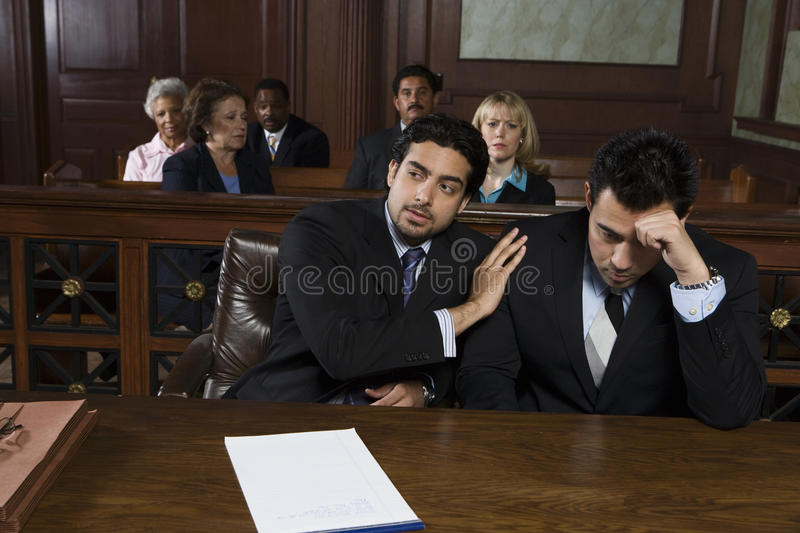Anwalt Consoling Upset Client stockfotos