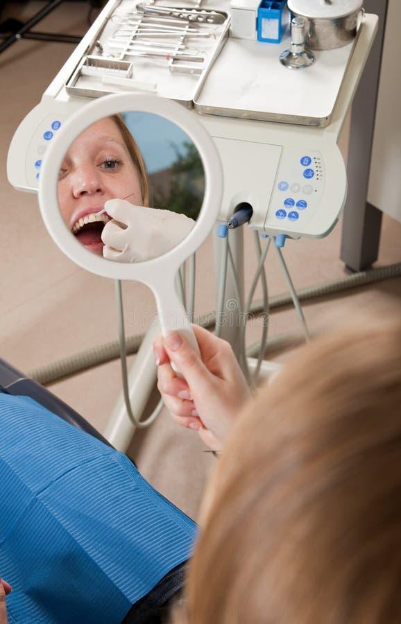 Anweisungen der zahnmedizinischen Glasschlacke lizenzfreie stockbilder