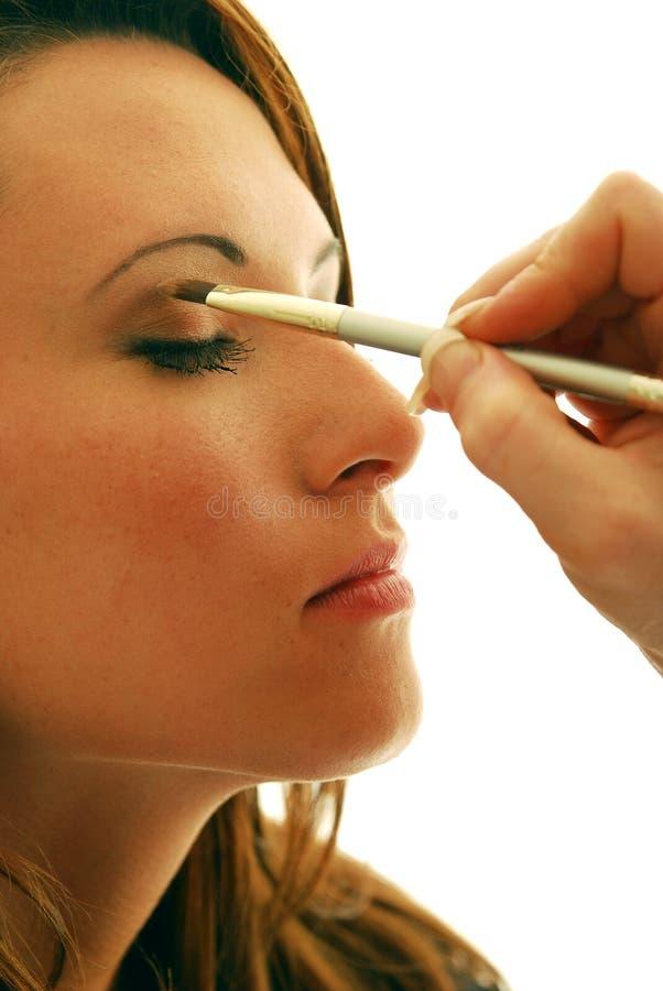 Anwenden der Augenschminke stockfoto