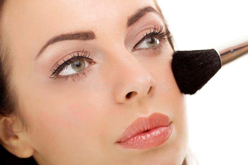 Anwenden der Make-upkosmetik-Bürste stockbilder