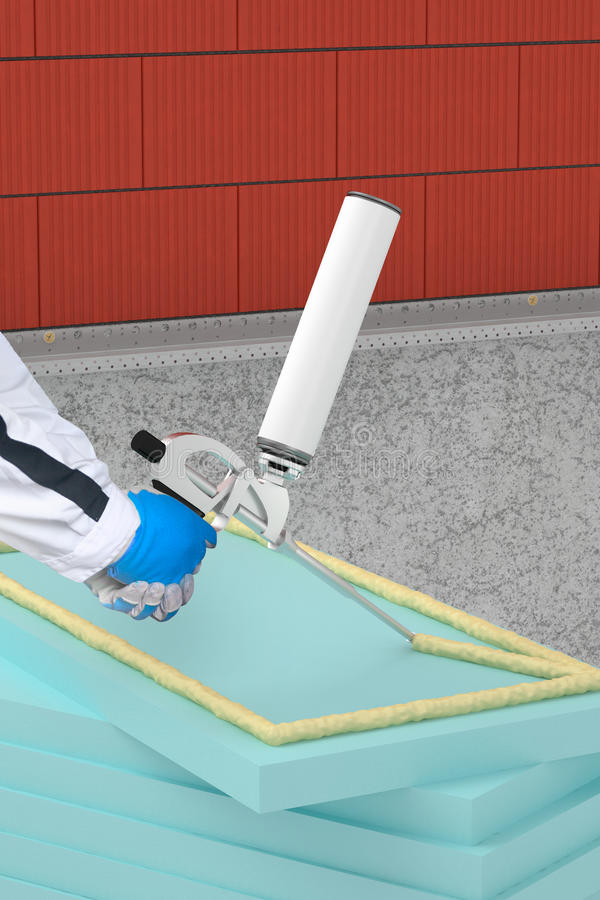 Anwenden der Wärmedämmung mit Schaumgewehr auf Fassade stockfotos