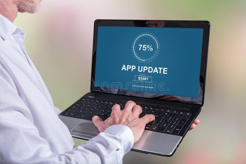 Anwendungsaktualisierungskonzept auf einem Laptop lizenzfreies stockfoto