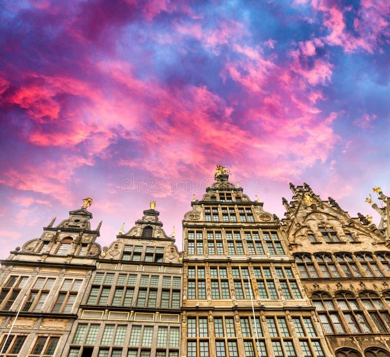 Anwerpen,比利时的经典家 在黄昏的街道视图 免版税库存照片