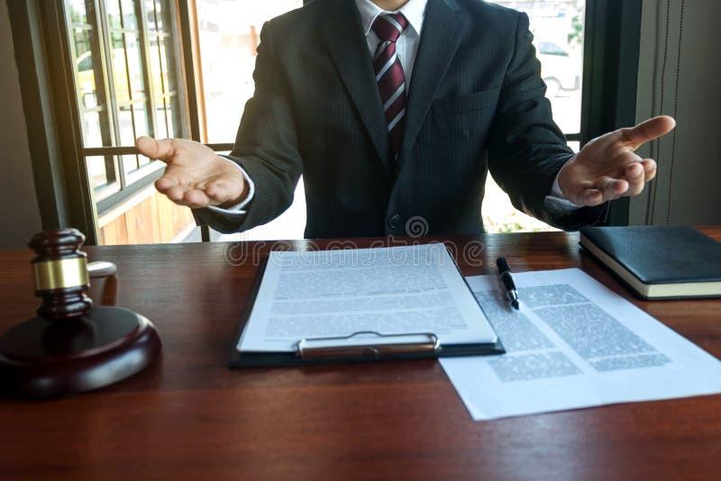 Anwesender Kunde des Rechtsanwalts mit Vertragspapieren auf dem Tisch im B?ro Beraterrechtsanwalt, Rechtsanwalt, Gerichtsrichter, lizenzfreie stockfotos