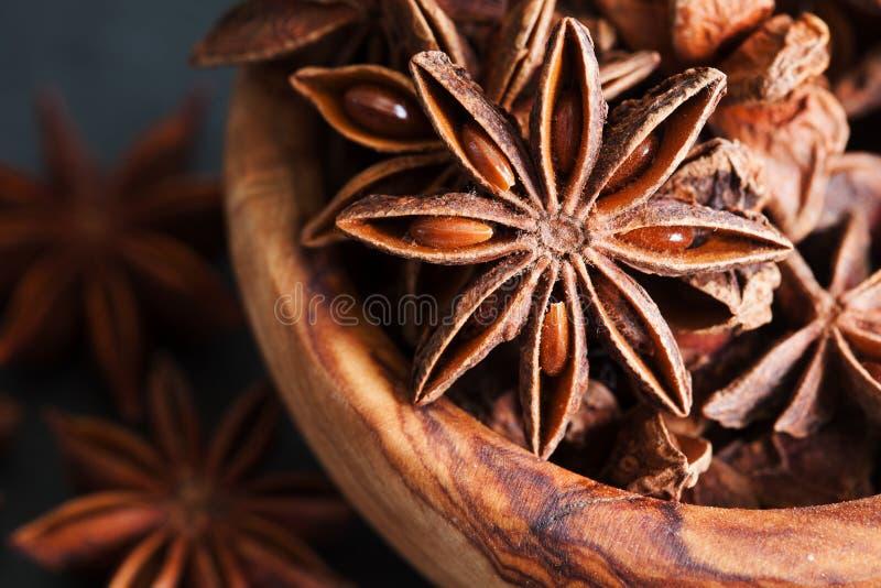 Anyż gra główna rolę zbliżenie w drewnianym pucharze zdjęcie stock