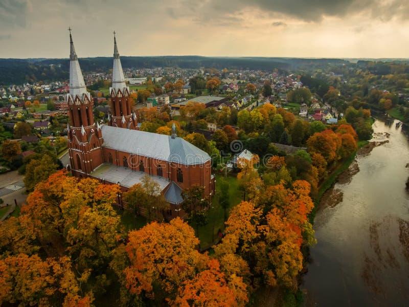 Anyksciai, Litauen: neo-gotische Römisch-katholische Kirche im Herbst stockfotografie