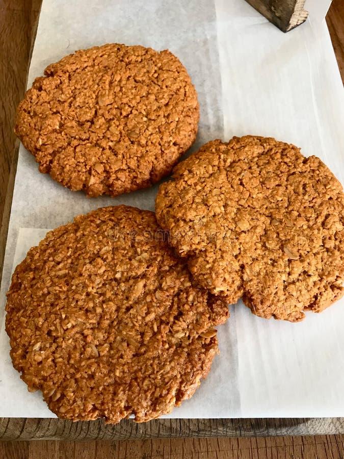 Anzac Biscuits/biscuits australiens traditionnels de farine d'avoine et de noix de coco ? vendre images stock