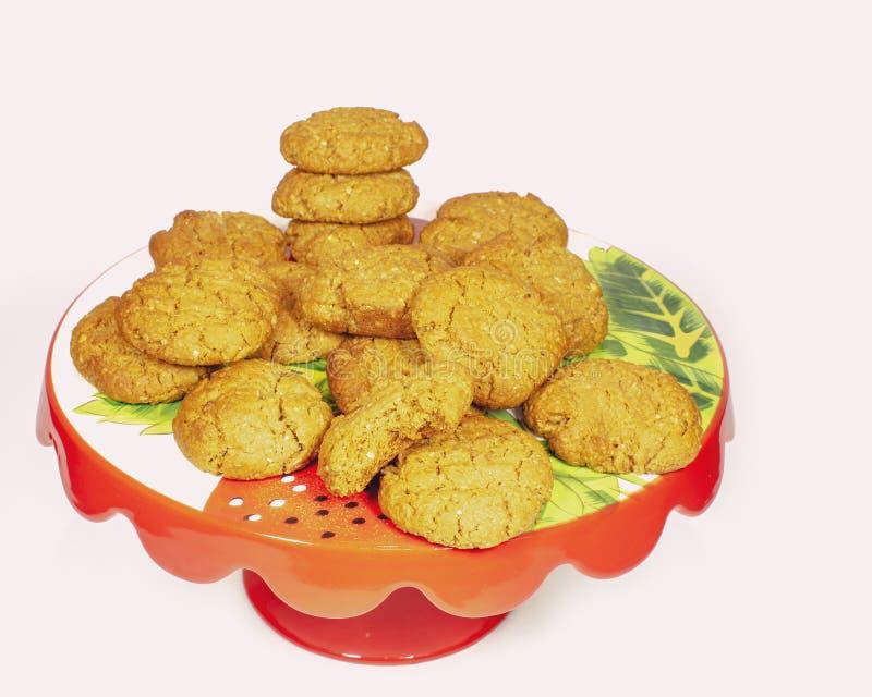 Anzac Biscuits On Cake Stand fait maison photo libre de droits