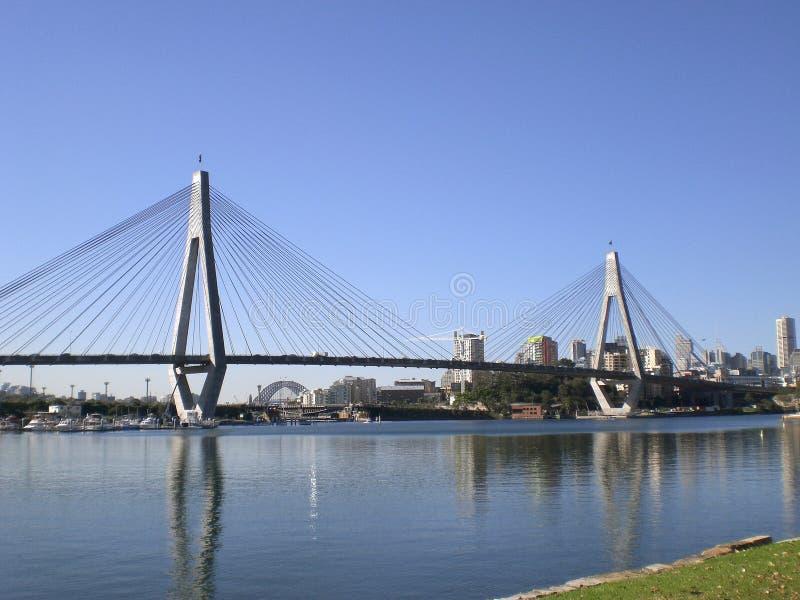 Anzac Brücke u. Sydney CBD stockbilder