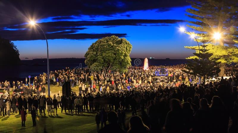 Anzac Day 2018, montering Maunganui, NZ Folkmassan på cenotafiet för gryning ståtar arkivbilder