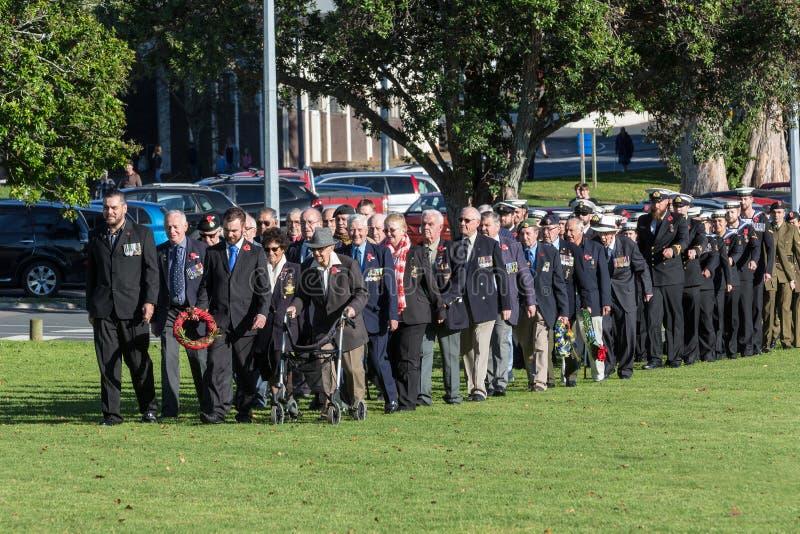 Anzac Day 2018, Tauranga, Nova Zelândia Veteranos e membros do exército e da marinha fotos de stock royalty free