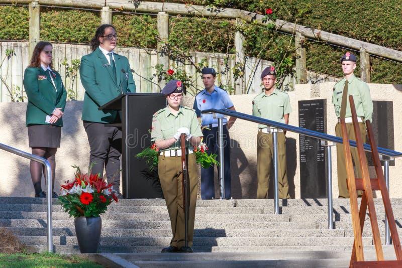 Anzac Day 2018, Tauranga, Nya Zeeland Skolarepresentanter på podiet royaltyfri foto