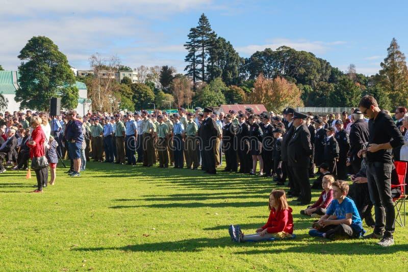 Anzac Day 2018, Tauranga, NZ: Folkmassa som samlas för ceremoni på Memorial Park royaltyfri foto