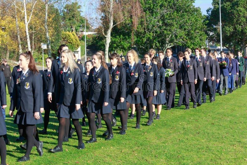 Anzac Day 2018, Tauranga NZ: Medlemmar högskolor av för Tauranga flicka` och pojke`- royaltyfri bild