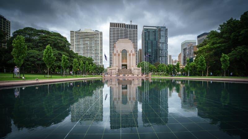 ANZAC Memorial reflexion i Hyde Park i Sydney CBD arkivbild