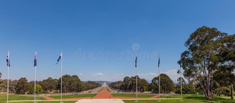 ANZAC Parade sah vom australischen Kriegs-Denkmal in Canberra an stockfotografie