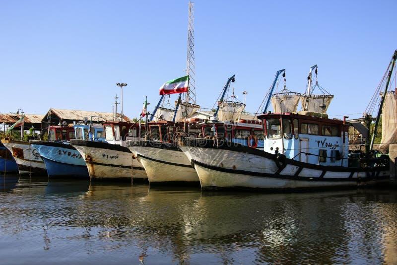 ANZALI, IRÁN 25 DE SEPTIEMBRE DE 2018: Barcos de pesca en Anzali portuario, puerto en el mar Caspio, Irán foto de archivo libre de regalías