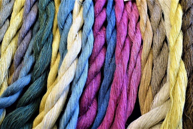 Anzeige gefärbte hand-gesponnene Leinenstränge lizenzfreie stockfotos
