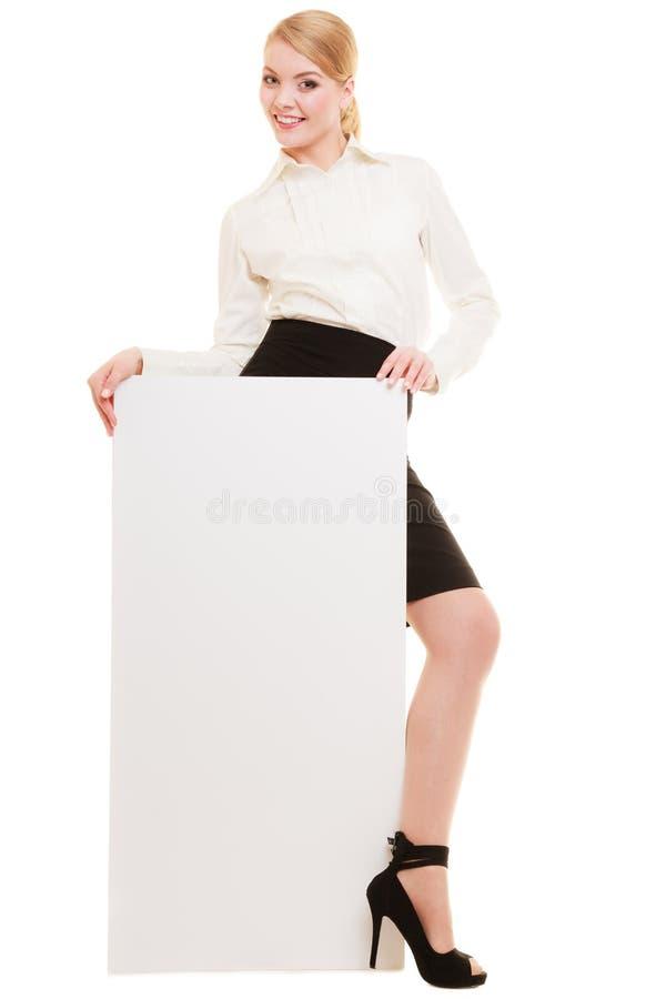 Anzeige Geschäftsfrau, die leere Kopienraumfahne hält lizenzfreie stockfotografie